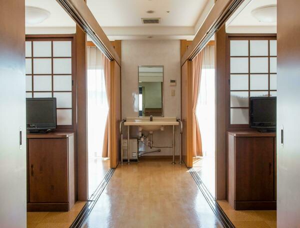 木製の引き戸の仕切りがある4人部屋の多床室